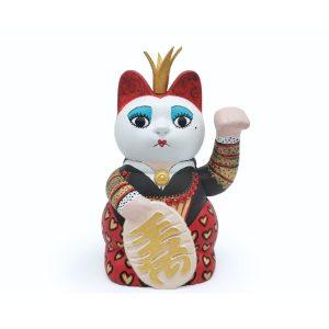 maneki neko pintado a mano como la reina de corazones en Alicia en el país de las Maravilas