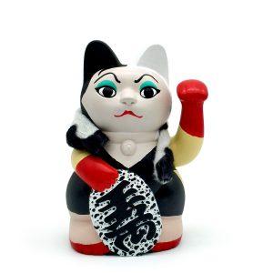 Kiborineko, gato de la suerte caracterizado como Cruella De Vil