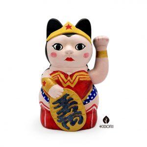 Kiborineko, gato de la suerte caracterizado como Wonder Woman